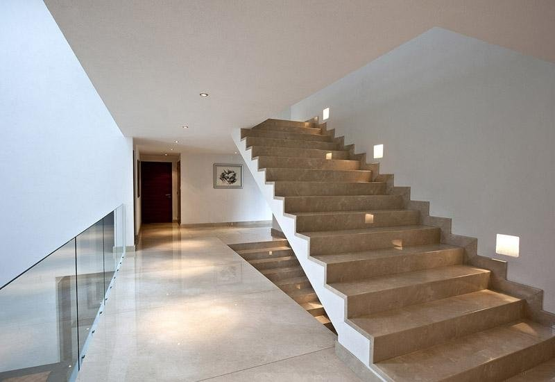 rampe di scale in marmo con parapetto in vetro