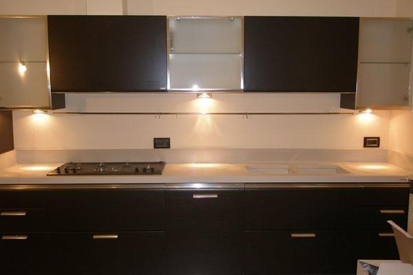 vista frontale di un mobile in cucina