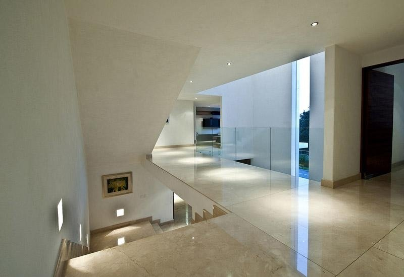 pavimento in marmo con parapetto in vetro