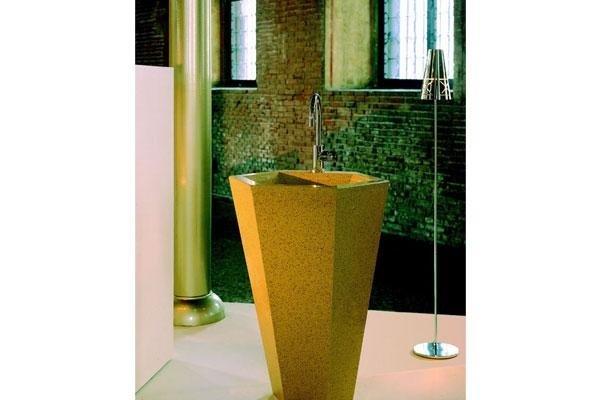 rubinetto a forma di vaso di color giallo