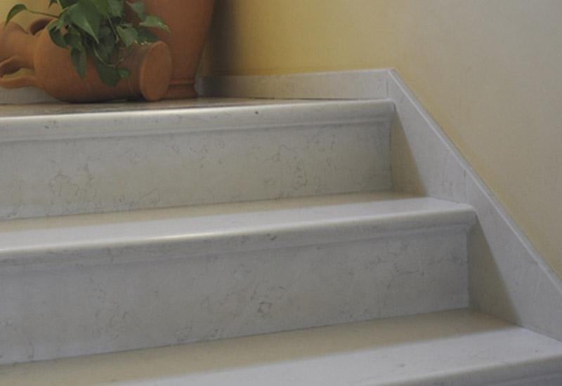 particolare di due gradini in ceramica