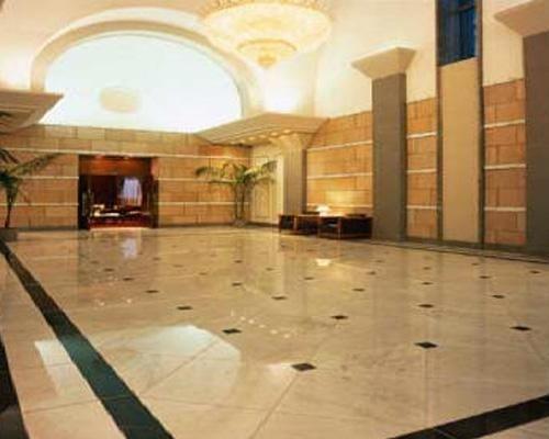 grande salone con pavimento in marmo