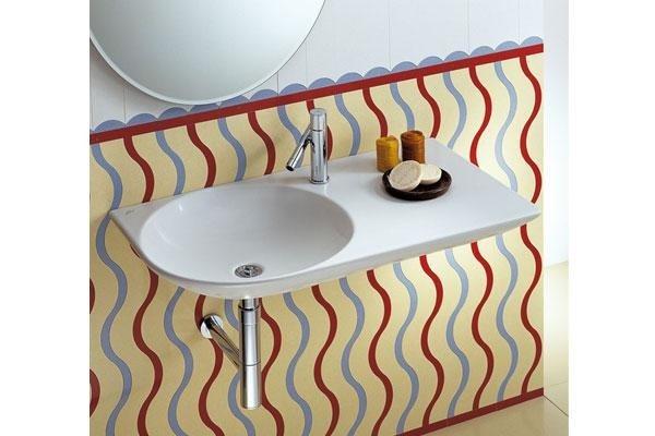 parete di un bagno a righe colorate e lavabo