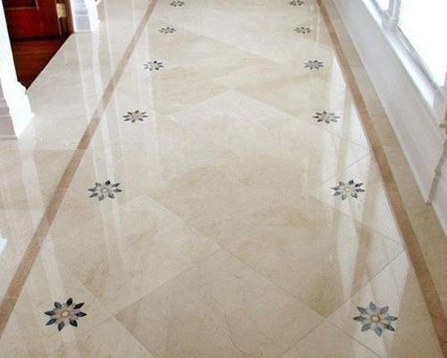 pavimento lucino in marmo con fiori ai lati