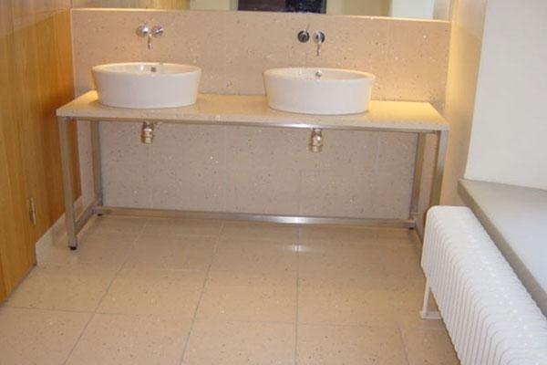 vista frontale di due lavabi in bagno