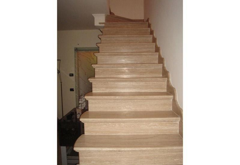 vista frontale di una rampa di scale in marmo