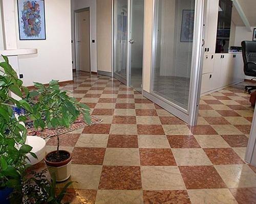 pavimento lucido a quadrati beige e marroni