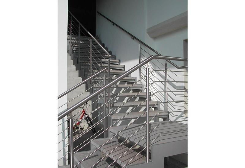 rampe di scale con ringhiera in ferro