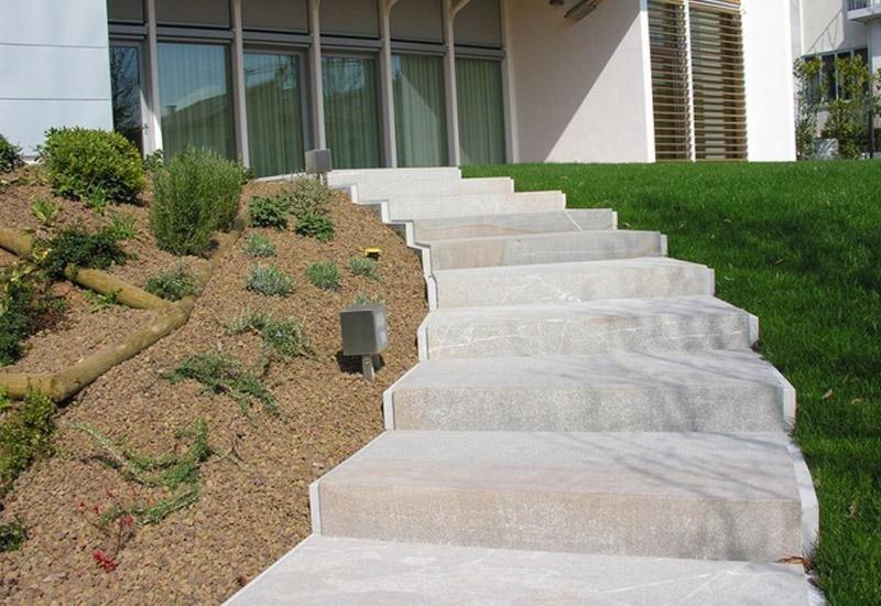 scale in marmo in un giardino