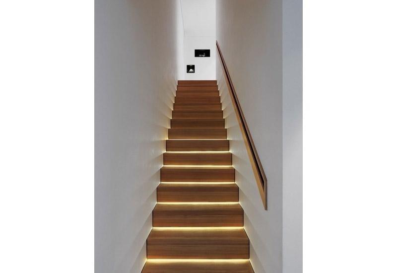 vista frontale di una rampa di scale