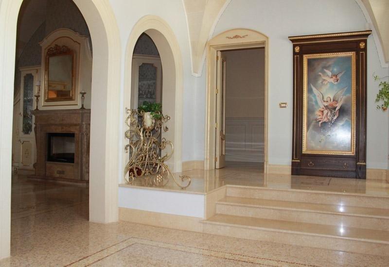 pavimento e scale in marmo in una stanza con dipinti d`epoca
