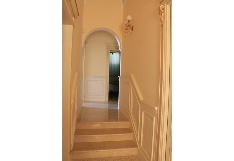 tre gradini in marmo in un appartamento d`epoca