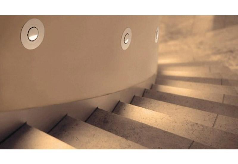 vista dall`alto di una scalinata con luci dentro una colonna