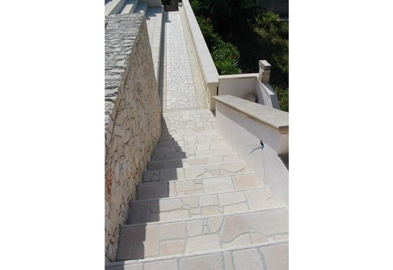 rampa di scale viste dall`alto in pietra