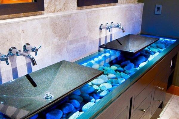 bagno con due lavabi e mobile fatto di sassi