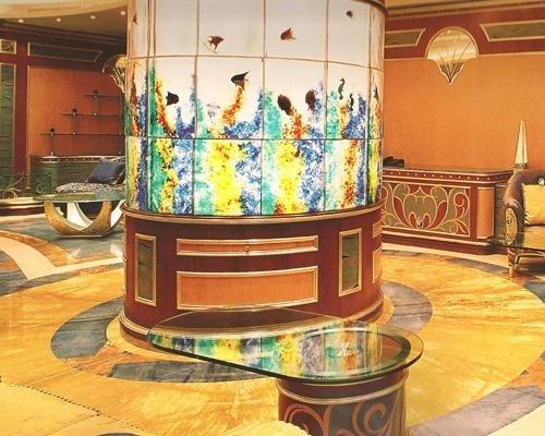 pavimento in marmo lucido e colonne decorate