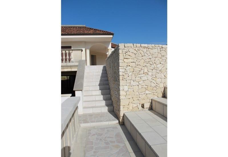 scale da esterno vicino a una casa