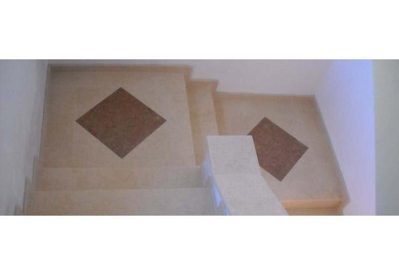 particolare decorativo di un gradino di scale