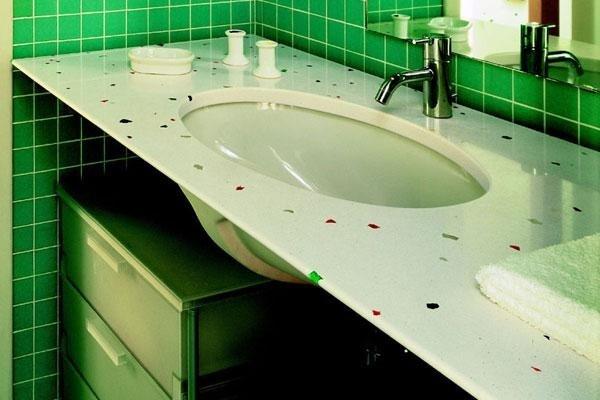 superficie del lavello con decorazioni