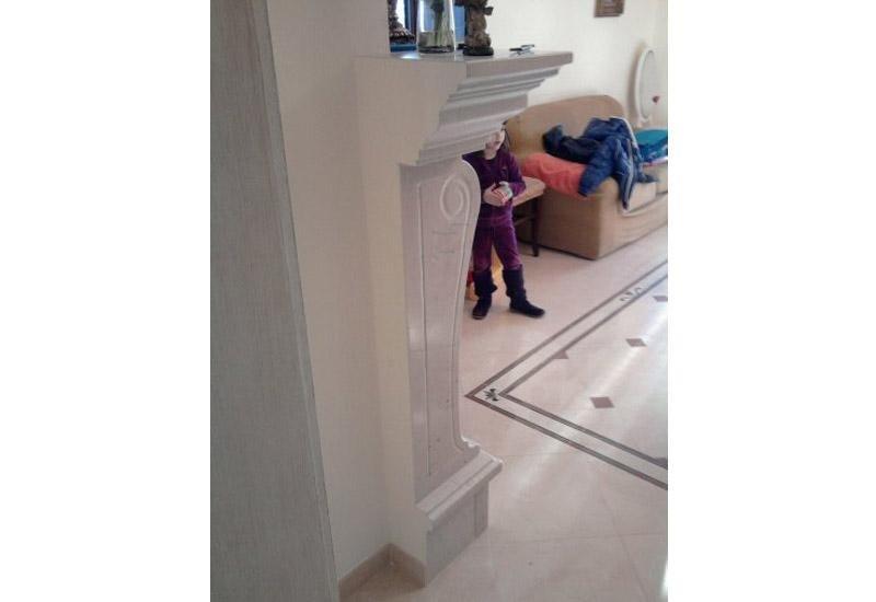 vista angolare di un soggiorno con bambina