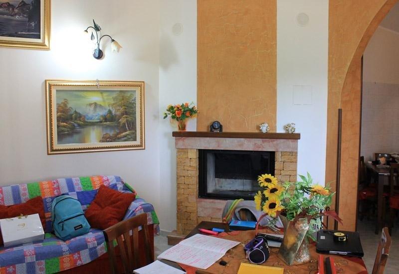 soggiorno con parete gialla e bianca