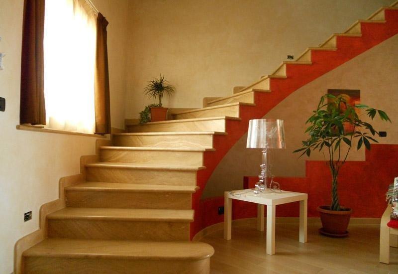 scale con colore rosso sui lati