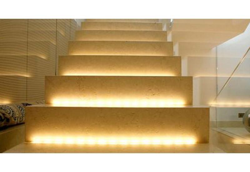 vista frontale di scale con illuminazione