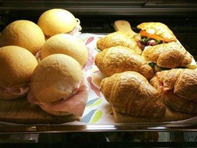 dei panini ripieni e dei cornetti salati ripieni
