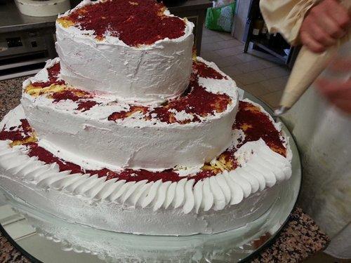 torta alla panna su 3 piani