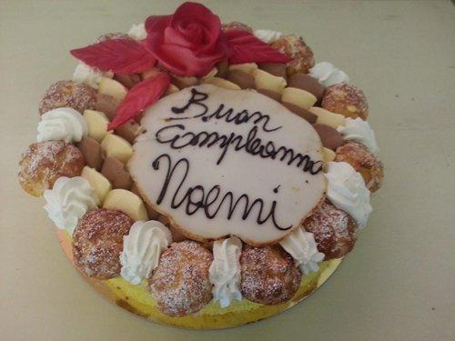 torta di compleanno con bignè