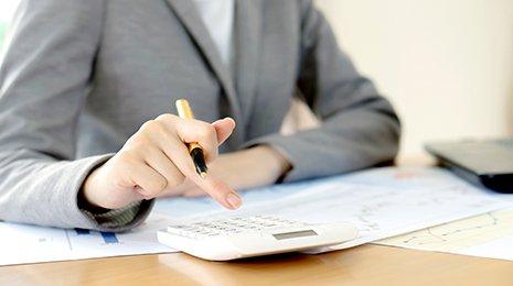 Compilazione di una dichiarazione dei redditi presso Nuova C.E.D. sas a Milano