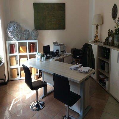 un ufficio con una scrivania e delle sedie