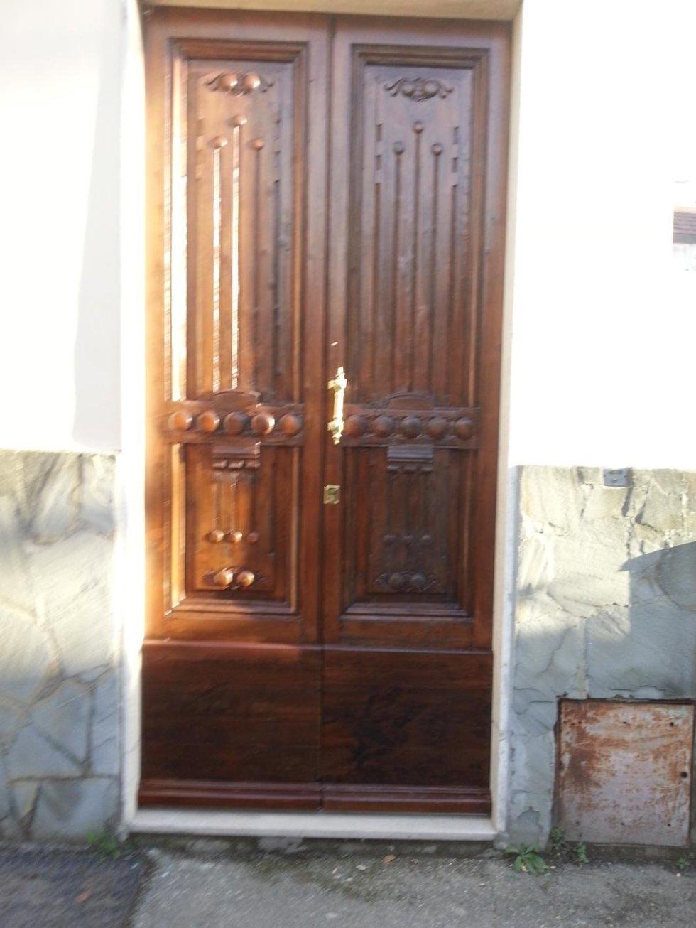 Portone in legno dopo il restauro
