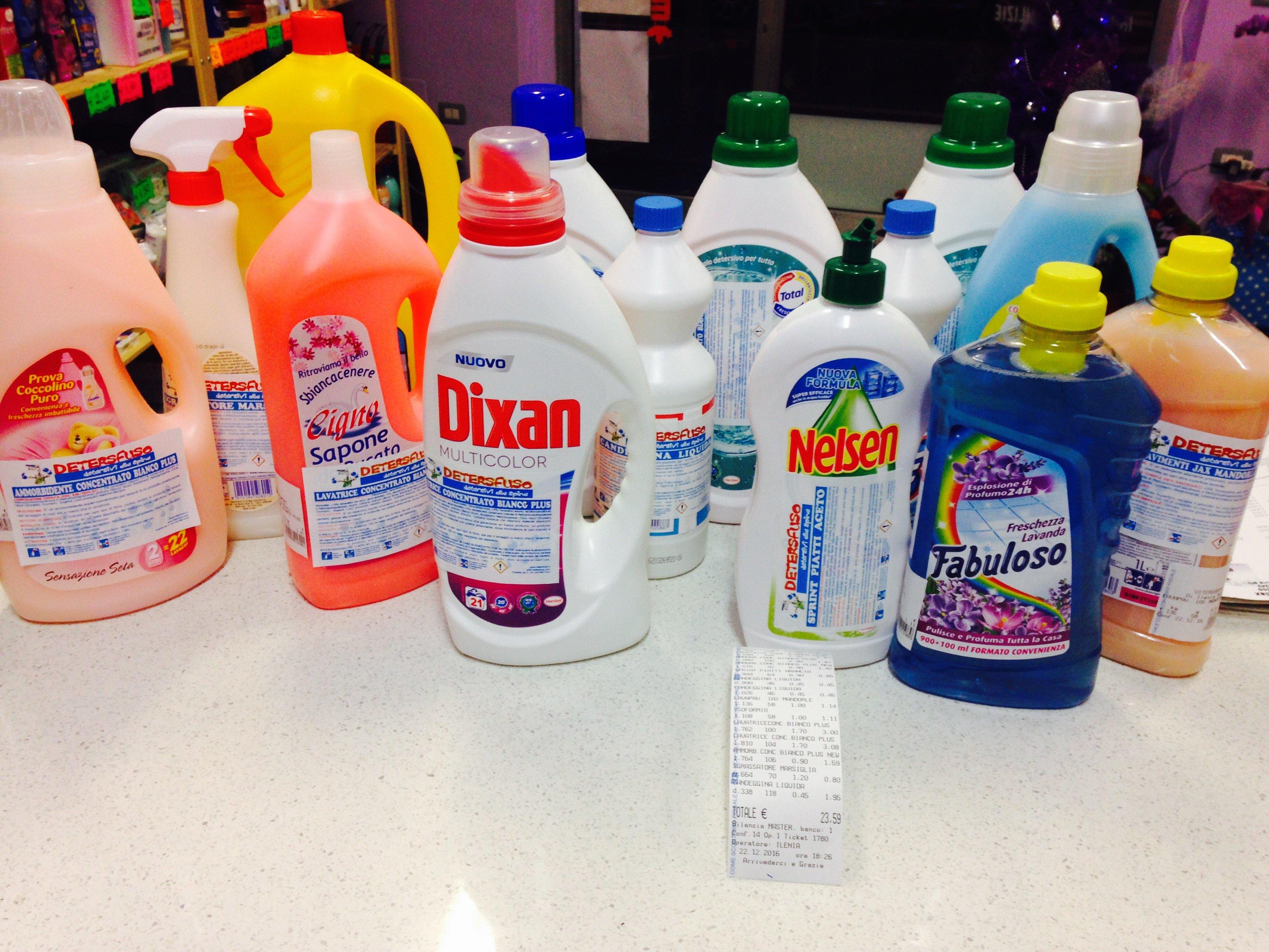 prodotti per la pulizia di diversi marchi
