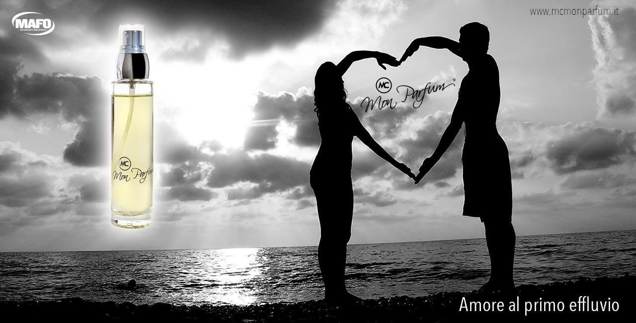 pubblicità profumo coppia sulla spiaggia forma cuore con le braccia