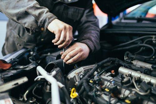 meccanico al lavoro su un motore