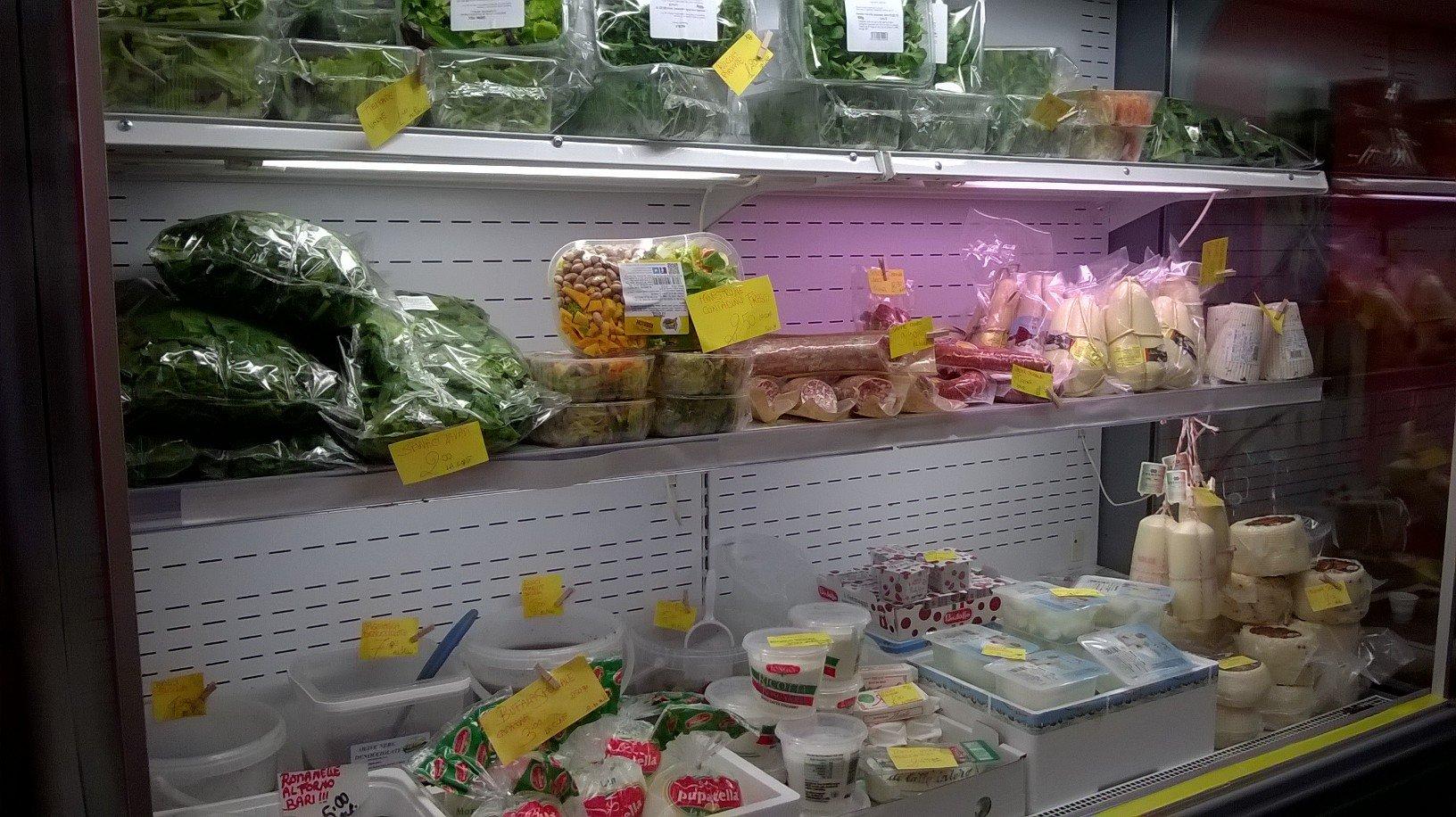 Latticini e verdure nel banco frigo