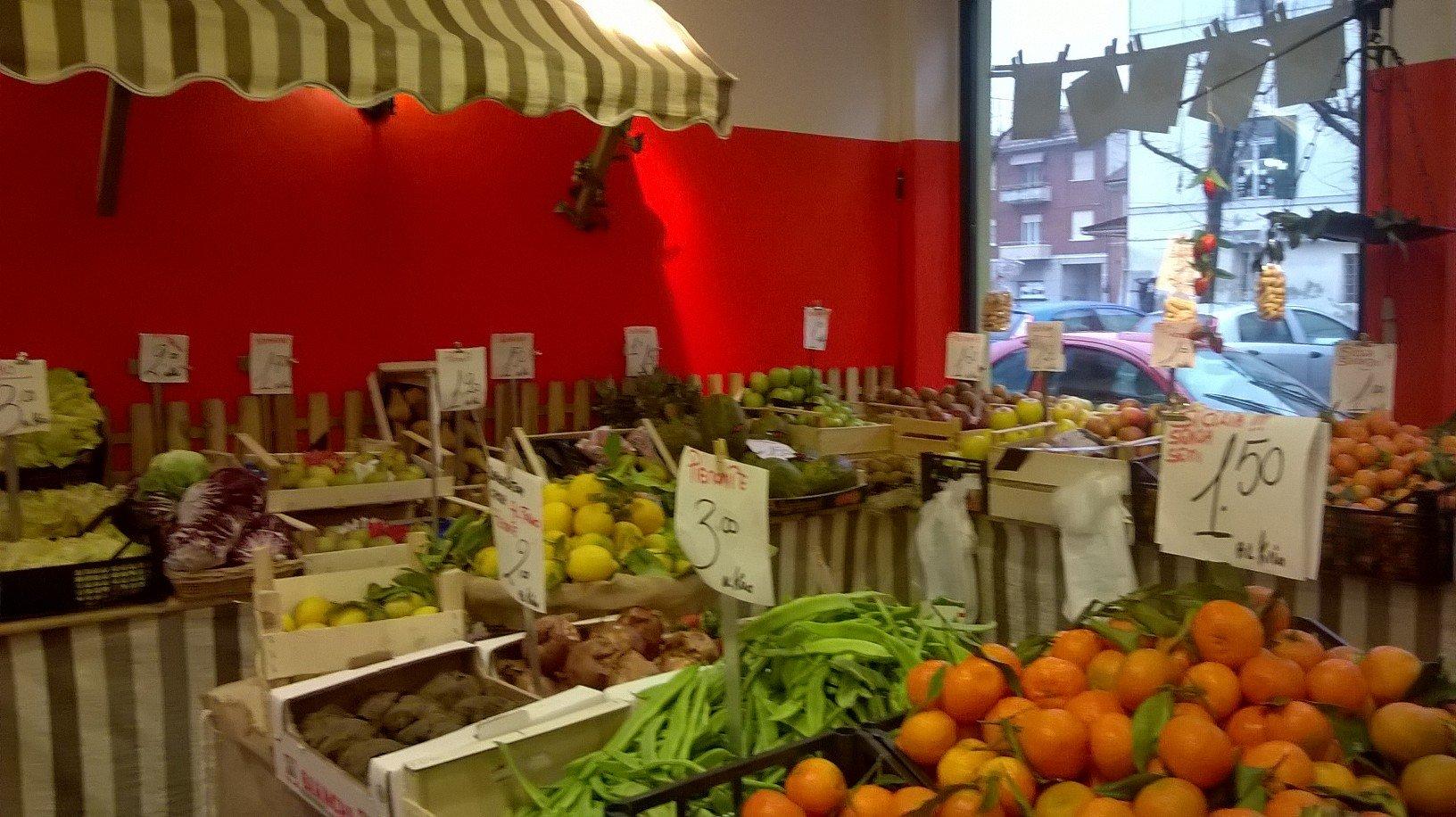 vista interna del negozio siamo alla frutta