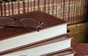 un paio di occhiali su libri di giurisprudenza