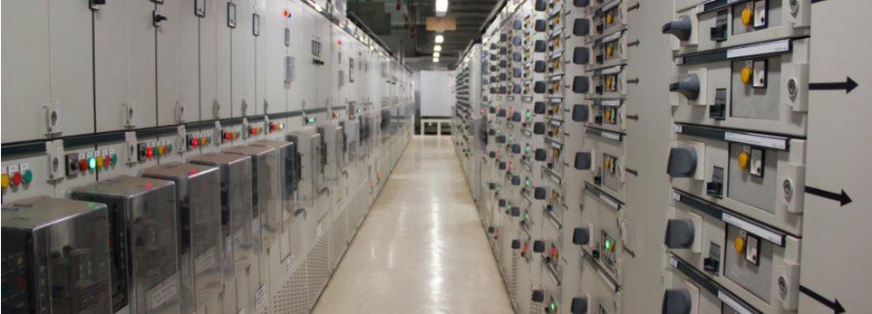 corridoio con impianti elettrici industriali