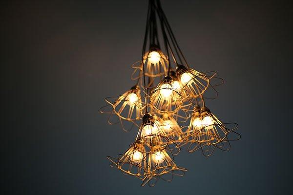 un lampadario acceso con più lampadine a forma di fiore