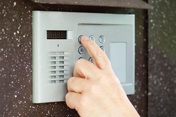 un dito che preme su una tastiera di un impianto di sicurezza