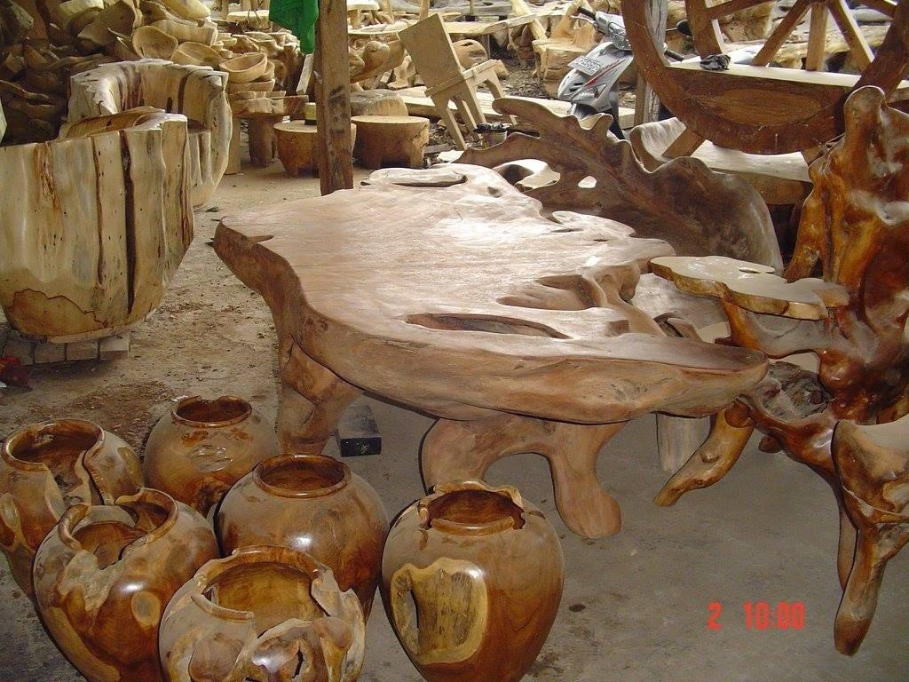 tavolo etnico legno chiaro con vasi