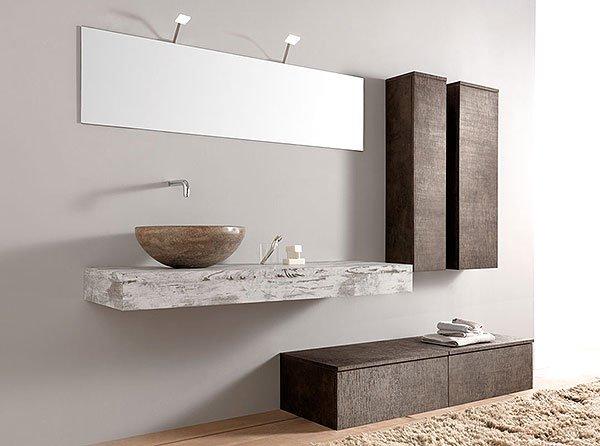 bagno con lavandino e armadietti marroni