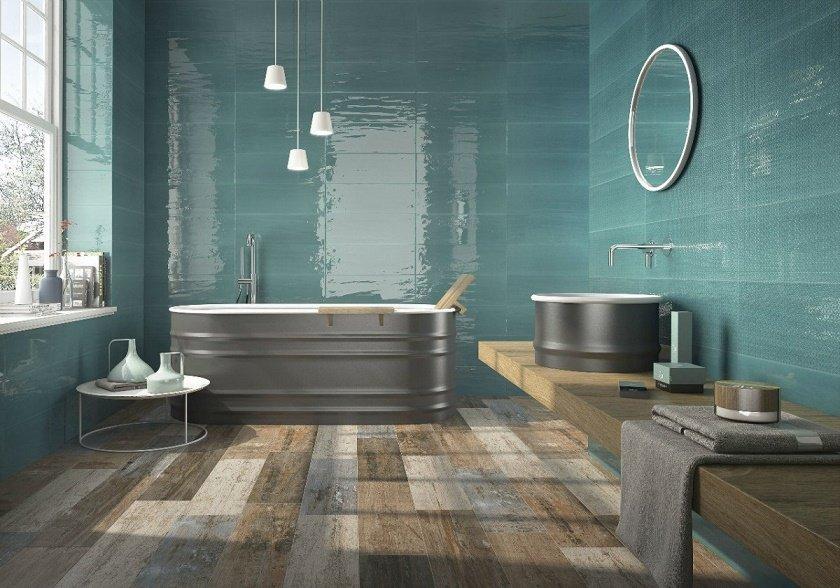 bagno con vasca e piastrelle blu
