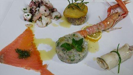 un piatto con scampi e carpaccio di pesce