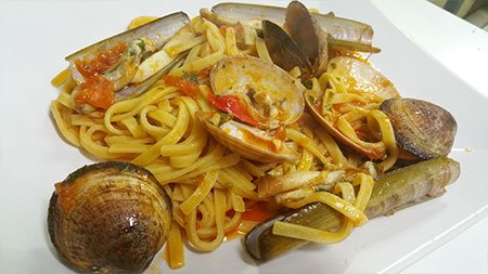un piatto di linguine con cozze e cannolicchi