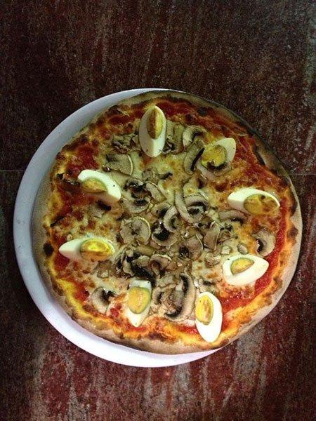 una pizza ai funghi e delle uova sode