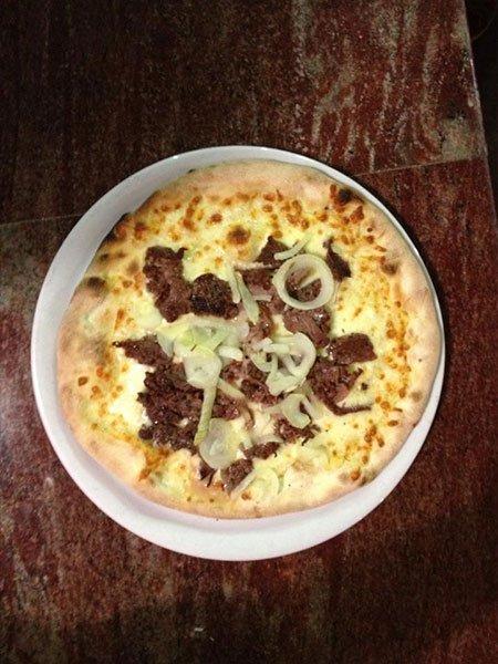una pizza bianca con tonno e cipolla