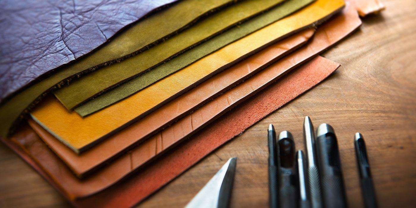 Campioni di pelli colorate con attrezzi da pellettiere